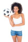 Όμορφο ποδόσφαιρο εκμετάλλευσης κοριτσιών και χαμόγελο στη κάμερα Στοκ φωτογραφία με δικαίωμα ελεύθερης χρήσης