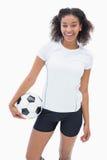 Όμορφο ποδόσφαιρο εκμετάλλευσης κοριτσιών και χαμόγελο στη κάμερα Στοκ εικόνα με δικαίωμα ελεύθερης χρήσης