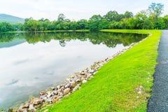 Όμορφο πράσινο πάρκο με τη λίμνη, ANG Kaew σε Chiang Mai Στοκ Φωτογραφίες