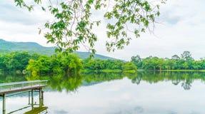 Όμορφο πράσινο πάρκο με τη λίμνη, ANG Kaew σε Chiang Mai Universi Στοκ εικόνα με δικαίωμα ελεύθερης χρήσης