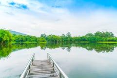 Όμορφο πράσινο πάρκο με τη λίμνη, ANG Kaew σε Chiang Mai Universi Στοκ φωτογραφίες με δικαίωμα ελεύθερης χρήσης