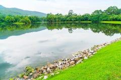 Όμορφο πράσινο πάρκο με τη λίμνη, ANG Kaew σε Chiang Mai Universi Στοκ Φωτογραφίες