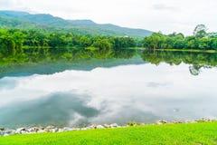 Όμορφο πράσινο πάρκο με τη λίμνη, ANG Kaew σε Chiang Mai Universi Στοκ Εικόνα