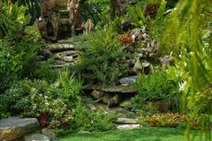 Όμορφο πράσινο πάρκο στην εξωτερική εγχώρια διακόσμηση στοκ φωτογραφία με δικαίωμα ελεύθερης χρήσης