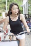 Όμορφο προκλητικό ασιατικό οδηγώντας ποδήλατο κοριτσιών Στοκ Φωτογραφία