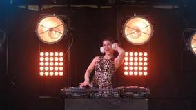 Όμορφο προκλητικό ξανθό κορίτσι του DJ στις γέφυρες το κόμμα φιλμ μικρού μήκους