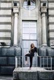 Όμορφο προκλητικό πρότυπο στη μαύρη τοποθέτηση jumpsuit στα παλαιά WI πόλεων Στοκ Φωτογραφίες