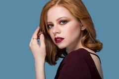 Όμορφο προκλητικό redhead κορίτσι στοκ εικόνα