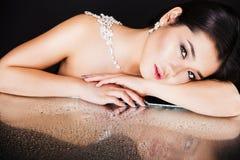 Όμορφο προκλητικό ασιατικό πρότυπο brunette με την πολυτέλεια στοκ εικόνες