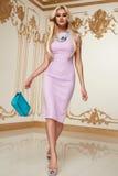 Όμορφο προκλητικό γυναικών φόρεμα βραδιού ξανθών μαλλιών ρόδινο acsessory Στοκ Φωτογραφίες