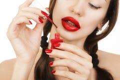 Όμορφο προκλητικό καυκάσιο νέο κορίτσι με το κόκκινο κραγιόν που κάνει το άτομο Στοκ φωτογραφία με δικαίωμα ελεύθερης χρήσης