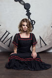 Όμορφο προκλητικό κορίτσι, εσωτερικό στούντιο Στοκ εικόνα με δικαίωμα ελεύθερης χρήσης