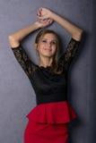 Όμορφο προκλητικό κορίτσι brunette στην κόκκινη κοντή φούστα Στοκ Εικόνες