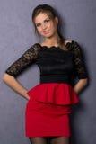 Όμορφο προκλητικό κορίτσι brunette στην κόκκινη κοντή φούστα Στοκ φωτογραφίες με δικαίωμα ελεύθερης χρήσης
