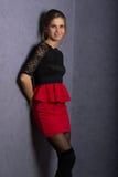 Όμορφο προκλητικό κορίτσι brunette στην κόκκινη κοντή φούστα Στοκ Εικόνα