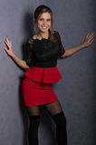 Όμορφο προκλητικό κορίτσι brunette στην κόκκινη κοντή φούστα Στοκ Φωτογραφίες