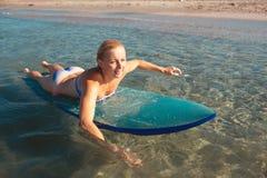 Όμορφο προκλητικό κορίτσι surfer στην παραλία Στοκ Εικόνα