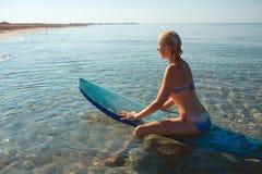 Όμορφο προκλητικό κορίτσι surfer στην παραλία Στοκ εικόνες με δικαίωμα ελεύθερης χρήσης