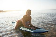 Όμορφο προκλητικό κορίτσι surfer στην παραλία Στοκ εικόνα με δικαίωμα ελεύθερης χρήσης