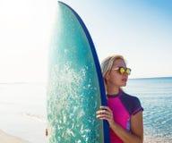 Όμορφο προκλητικό κορίτσι surfer στην παραλία Στοκ Φωτογραφίες