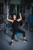 Όμορφο προκλητικό κορίτσι workout σε μια γυμναστική Στοκ Εικόνα