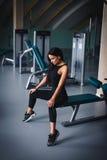 Όμορφο προκλητικό κορίτσι workout σε μια γυμναστική Στοκ φωτογραφία με δικαίωμα ελεύθερης χρήσης