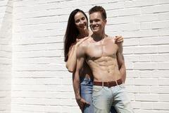 Όμορφο προκλητικό νέο ζεύγος στο τζιν παντελόνι Στοκ εικόνα με δικαίωμα ελεύθερης χρήσης