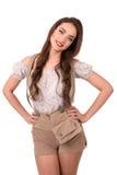Όμορφο προκλητικό νέο κορίτσι brunette στο παραδοσιακό γερμανικό κοστούμι Στοκ Εικόνα