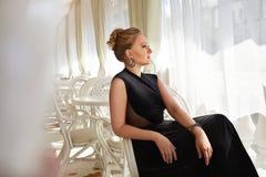 Όμορφο προκλητικό ξανθό εστιατόριο τρίχας φορεμάτων γυναικών luxary makeup Στοκ εικόνες με δικαίωμα ελεύθερης χρήσης