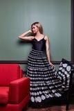 Όμορφο προκλητικό ξανθό yang γυναικών μέρος φορεμάτων γυναικείας όμορφο ένδυσης μακροχρόνιο Στοκ εικόνες με δικαίωμα ελεύθερης χρήσης