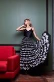 Όμορφο προκλητικό ξανθό yang γυναικών μέρος φορεμάτων γυναικείας όμορφο ένδυσης μακροχρόνιο Στοκ φωτογραφία με δικαίωμα ελεύθερης χρήσης