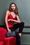 Όμορφο προκλητικό ξανθό yang γυναικών μέρος φορεμάτων γυναικείας όμορφο ένδυσης μακροχρόνιο Στοκ Φωτογραφίες