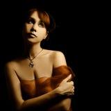 Όμορφο προκλητικό πορτρέτο γυναικών στο Μαύρο στοκ φωτογραφία