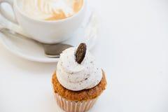 Όμορφο πρόγευμα cupcake και φλυτζάνι του αρωματικού καφέ Στοκ Φωτογραφίες