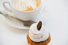 Όμορφο πρόγευμα cupcake και φλυτζάνι του αρωματικού καφέ Στοκ φωτογραφία με δικαίωμα ελεύθερης χρήσης