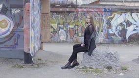 Όμορφο πρόσωπο γυναικών γυναικείου brunette κομψότητας αισθησιασμού ευτυχές r Όμορφη νέα γυναίκα στο αστικό περιβάλλον απόθεμα βίντεο