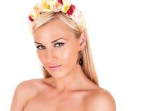 Όμορφο πρόσωπο γυναικών με το floral χρωματισμένο πλαίσιο Στοκ εικόνα με δικαίωμα ελεύθερης χρήσης