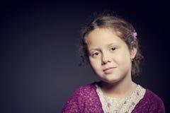 Όμορφο πρόσωπο ενός κοριτσιού με τη σγουρή τρίχα Στοκ εικόνα με δικαίωμα ελεύθερης χρήσης