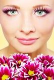 Όμορφο πρόσωπο κοριτσιών με το χρυσάνθεμο Στοκ εικόνες με δικαίωμα ελεύθερης χρήσης
