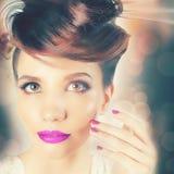 Όμορφο πρόσωπο κοριτσιών μόδας με φανταχτερό Hairstyle, ζωηρόχρωμο καρφί στίλβωση Στοκ φωτογραφίες με δικαίωμα ελεύθερης χρήσης