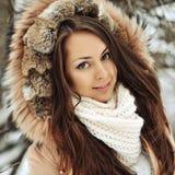 Όμορφο πρόσωπο κοριτσιών το χειμώνα - κλείστε επάνω Στοκ Φωτογραφίες