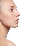 Όμορφο πρόσωπο με το καθαρό φρέσκο δέρμα Νέα γυναίκα πορτρέτου Στοκ Φωτογραφίες