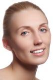 Όμορφο πρόσωπο με το καθαρό φρέσκο δέρμα Νέα γυναίκα πορτρέτου Στοκ Εικόνες