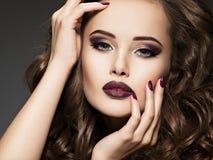 Όμορφο πρόσωπο της αισθησιακής γυναίκας με το καφέ makeup στοκ φωτογραφία