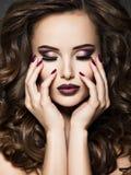 Όμορφο πρόσωπο της γυναίκας με το καφέ makeup και τα καρφιά στοκ φωτογραφίες