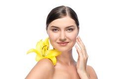 Όμορφο πρόσωπο της νέας γυναίκας με κίτρινο Στοκ Φωτογραφίες