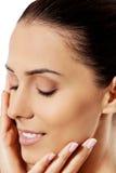Όμορφο πρόσωπο της νέας γυναίκας με το καθαρό φρέσκο δέρμα Στοκ Εικόνες