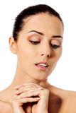 Όμορφο πρόσωπο της νέας γυναίκας με το καθαρό φρέσκο δέρμα Στοκ Εικόνα