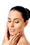 Όμορφο πρόσωπο της νέας γυναίκας με το καθαρό φρέσκο δέρμα