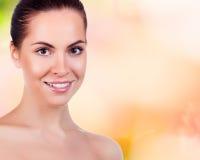 Όμορφο πρόσωπο της νέας ενήλικης γυναίκας με το καθαρό φρέσκο δέρμα Στοκ Εικόνα